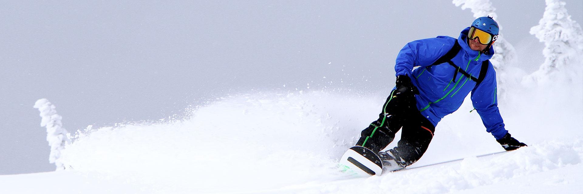 Der Hochsitz - Snowboardfahrer auf der Piste